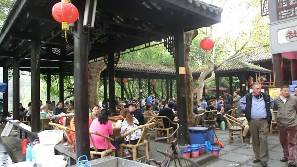 In den Teehäusern herrschte reger Betrieb.