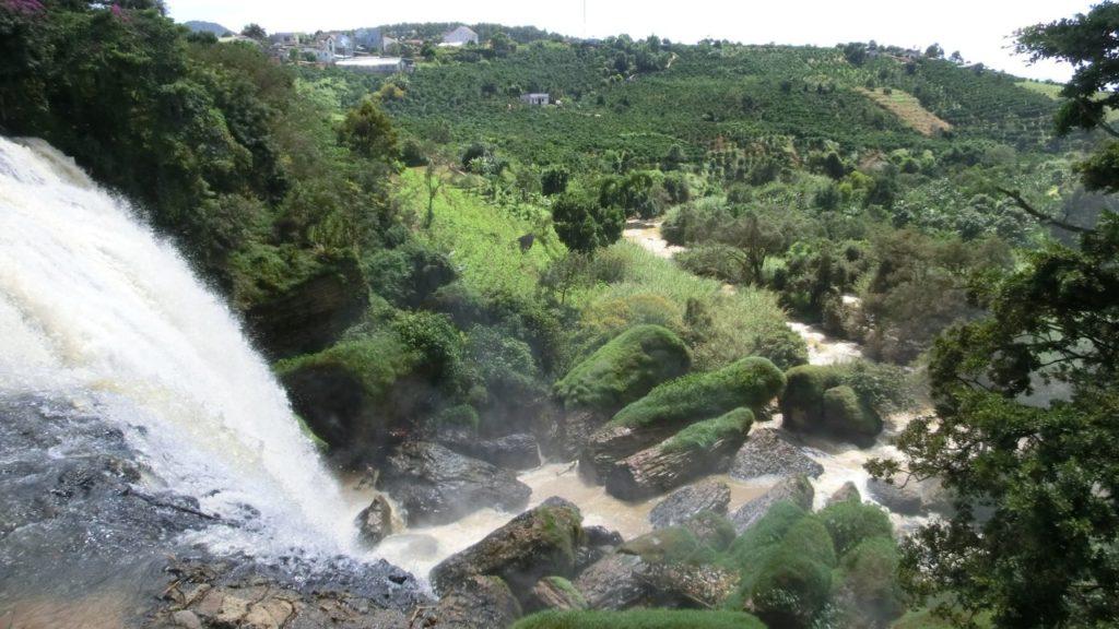 Die grünen Steinblöcke, die wie eine versteinerte Elephantenherde beim Trinken aussehen, haben dem Wasserfall seinen Namen gegeben.