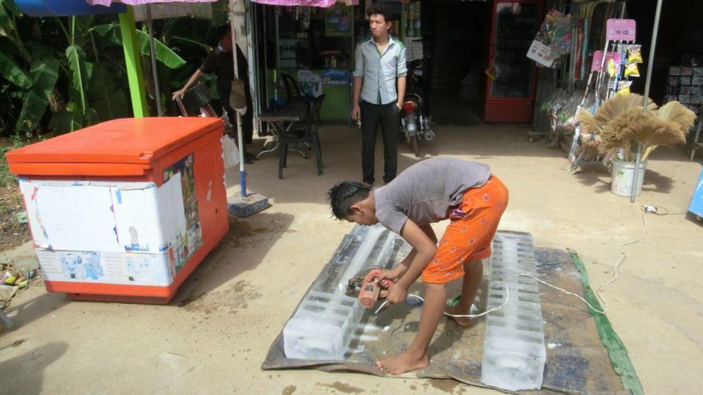 Eine Eislieferung wird geschnitten - Phnom Penh/Kambodscha