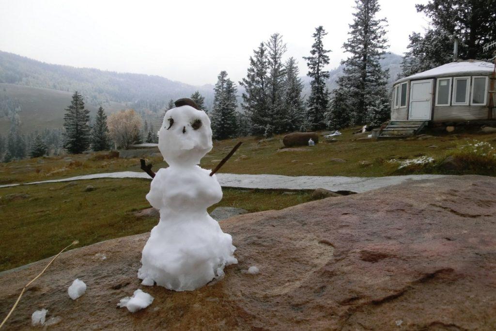 Unser erster (und wahrscheinlich letzter) Schneemann des Winters in der Mongolei